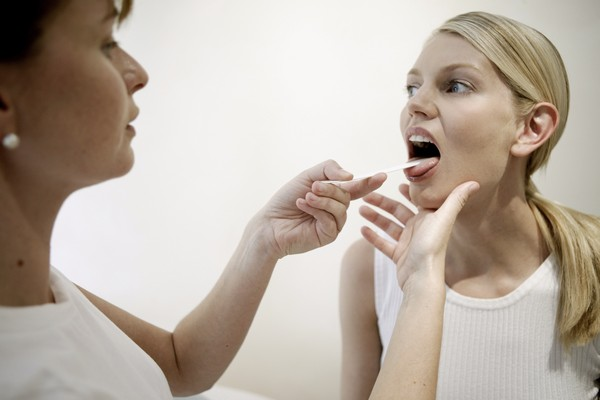 Осмотр горла при хроническом тонзиллите у беременной