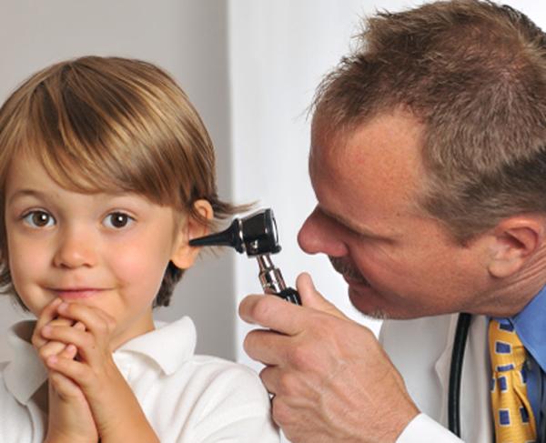осмотр ребенка катаральный отит