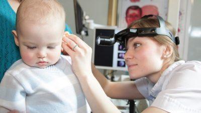 Что делать, когда у ребенка образуется серная пробка в ухе?