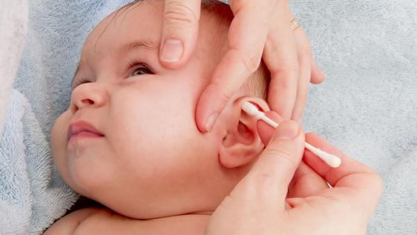 Малышу чистят уши